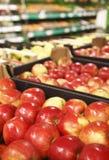 开胃红色苹果在超级市场 库存图片