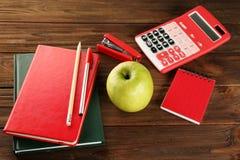 开胃绿色苹果和文具 库存照片