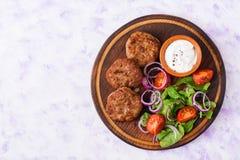 开胃肉炸肉排和蕃茄沙拉 免版税库存照片