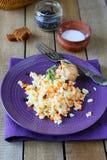 开胃肉饭用红萝卜和伏牛花 库存图片