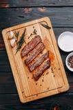 开胃肉 烤做得好牛排用用的草本 免版税库存图片