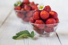 开胃背景碗查出的草莓白色 白色土气桌 免版税库存照片