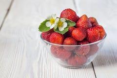 开胃背景碗查出的草莓白色 白色土气桌 图库摄影