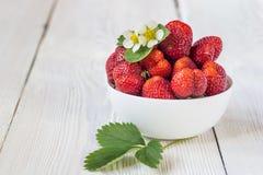 开胃背景碗查出的草莓白色 白色土气桌 免版税图库摄影