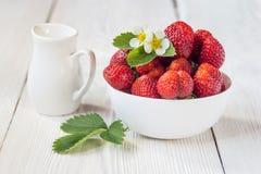 开胃背景碗查出的草莓白色 白色土气桌 库存图片