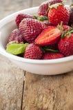 开胃背景碗查出的草莓白色 库存图片
