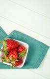 开胃背景碗查出的草莓白色 免版税库存照片