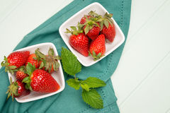 开胃背景碗查出的草莓白色 免版税库存图片