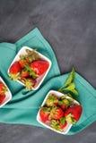 开胃背景碗查出的草莓白色 库存照片