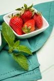 开胃背景碗查出的草莓白色 免版税图库摄影