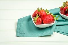 开胃背景碗查出的草莓白色 图库摄影