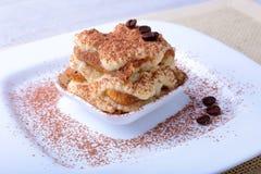 开胃自创提拉米苏蛋糕片断在板材的在关闭 免版税库存图片