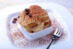 开胃自创提拉米苏蛋糕片断在板材的在关闭 免版税库存照片