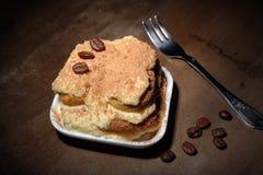 开胃自创提拉米苏蛋糕片断在板材的在关闭 库存图片