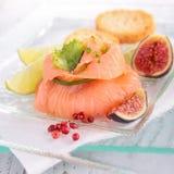 开胃菜、熏制鲑鱼和新鲜的无花果 免版税库存图片