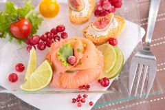 开胃菜、熏制鲑鱼和新鲜的无花果 库存图片
