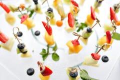 开胃菜、鲜美食品-点心用乳酪和草莓,蓝莓承办的服务 选择聚焦,顶视图 库存照片