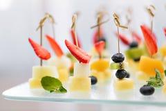 开胃菜、鲜美食品-点心用乳酪和草莓,蓝莓承办的服务 选择聚焦,顶视图 免版税图库摄影