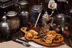 开胃菜一块大板材对啤酒的 肉,乌贼,菜, po 免版税库存图片