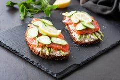 开胃菜三明治用在板岩的三文鱼和乳脂干酪 免版税库存照片