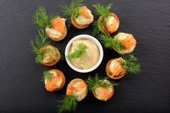 开胃菜与莳萝垂度的在石盘子的油酥点心和三文鱼 免版税库存照片
