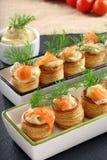 开胃菜与莳萝垂度的在石盘子的油酥点心和三文鱼 免版税库存图片
