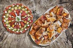 开胃菜与满盘的Meze盘唾液在老野餐木表上的烤猪肉 库存图片
