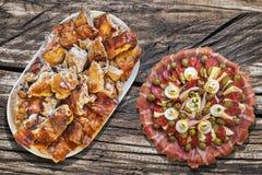 开胃菜与满盘的Meze盘唾液在老野餐木表上的烤猪肉 免版税库存照片