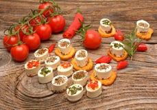 开胃菜乳酪和bruschetta用草本、蕃茄和辣椒,素食起始者开胃菜 免版税库存图片
