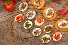 开胃菜乳酪和bruschetta用草本、蕃茄和辣椒 库存照片