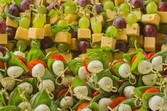 开胃菜乳酪用在竹串的白色和红葡萄 免版税图库摄影