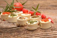 开胃菜乳酪用草本、红辣椒和蕃茄 免版税库存图片