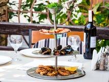 开胃菜分类了海鲜,大虾,淡菜,枪乌贼,酒 免版税库存图片