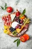 开胃菜制表与开胃小菜快餐 乳酪和肉品种上在灰色具体背景 顶视图,平的位置 免版税图库摄影