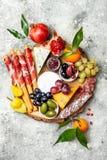 开胃菜制表与开胃小菜快餐 乳酪和肉品种上在灰色具体背景 顶视图,平的位置 免版税库存照片
