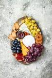 开胃菜制表与开胃小菜快餐 乳酪在灰色具体背景的品种委员会 顶视图,平的位置 库存图片