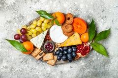 开胃菜制表与开胃小菜快餐 乳酪在灰色具体背景的品种委员会 顶视图,平的位置 免版税库存图片