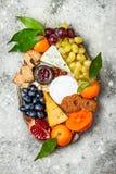 开胃菜制表与开胃小菜快餐 乳酪在灰色具体背景的品种委员会 顶视图,平的位置 免版税库存照片