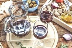 开胃菜制表与意大利开胃小菜快餐和酒在玻璃 Brushetta或地道传统西班牙塔帕纤维布设置了,乳酪v 库存图片
