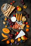 开胃菜制表与意大利开胃小菜快餐 乳酪和熟食店品种上在土气木背景 库存照片
