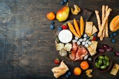 开胃菜制表与意大利开胃小菜快餐 乳酪和熟食店品种上在土气木背景 免版税库存照片