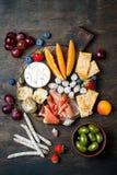 开胃菜制表与意大利开胃小菜快餐 乳酪和熟食店品种上在土气木背景 库存图片