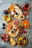 开胃菜制表与意大利开胃小菜快餐 Brushetta或地道传统西班牙塔帕纤维布设置了,乳酪品种委员会 免版税库存照片