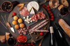 开胃菜制表与differents开胃小菜、乳酪、熟食店、快餐和酒 微型汉堡,香肠,火腿,塔帕纤维布,橄榄, chees 库存图片