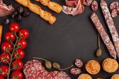 开胃菜制表与differents开胃小菜、乳酪、熟食店、快餐和酒 微型汉堡,香肠,火腿,塔帕纤维布,橄榄, chees 免版税库存图片
