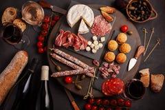 开胃菜制表与differents开胃小菜、乳酪、熟食店、快餐和酒 微型汉堡,香肠,火腿,塔帕纤维布,橄榄, chees 库存照片