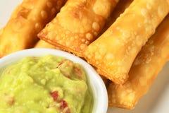 开胃菜叫鳄梨调味酱捣碎的鳄梨酱tequenos 库存图片