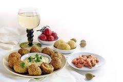 开胃菜和一杯白葡萄酒,西班牙塔帕纤维布例如烘烤 免版税库存图片