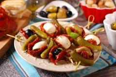 开胃菜和开胃小菜在木桌上 免版税库存照片