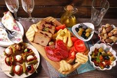 开胃菜和开胃小菜在木桌上 免版税图库摄影